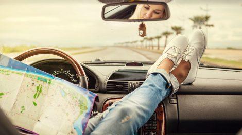 Devojka gleda u mapu