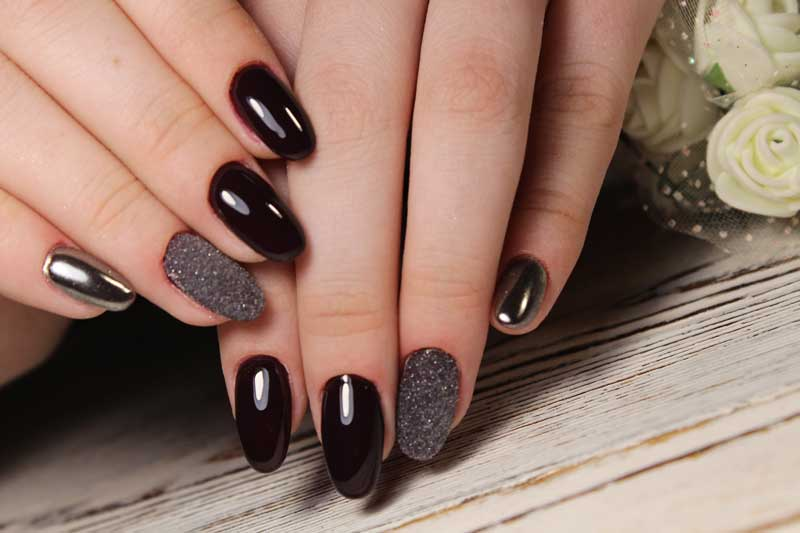 crni lak na noktima