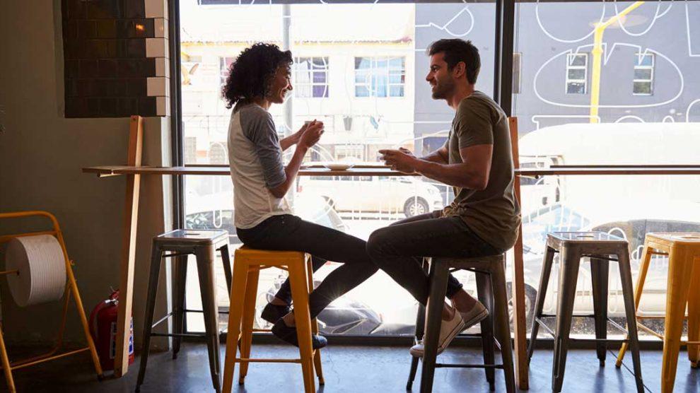 Momak i devojka u kafiću