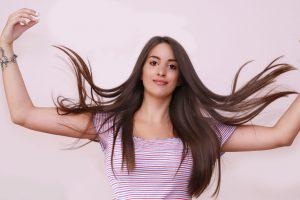 nasmejana devojka sa dugom kosom